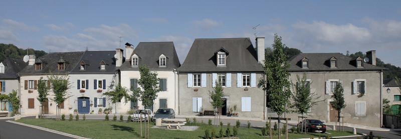 Façades des maisons place de la Bielle, à Rébénacq