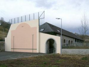 Fronton édifié en 2004, à l'arrière-plan l'ancienne marbrerie.